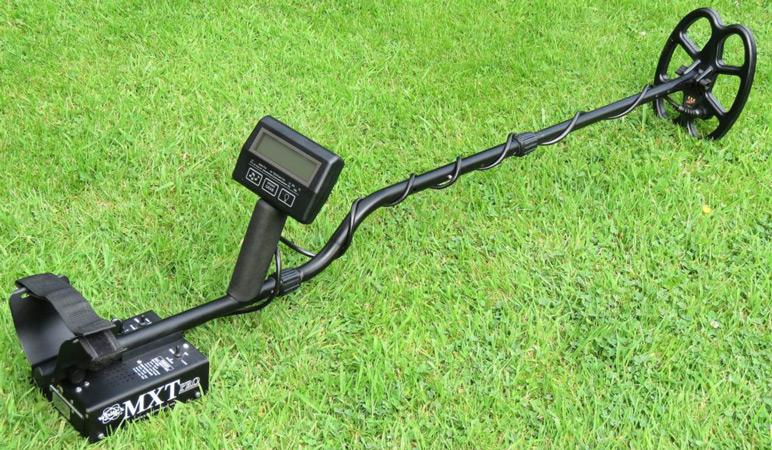 металлоискатель на траве